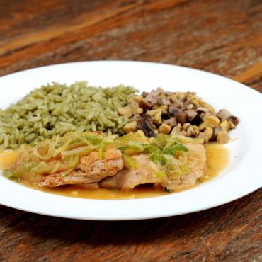 Filé de Frango com Alho Poró, Mix de Cogumelos e Arroz ao Pesto - 313 kcal